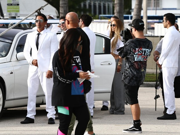 Miami, FL  - Sexy singer Jennifer Lopez shows off her flat abs in a revealing ensemble during a music video shoot with DJ Khaled in Miami Beach. The stylish star was surrounded by a large group of well dressed male extras during the shoot.Pictured: Je (Foto: VEM / BACKGRID)