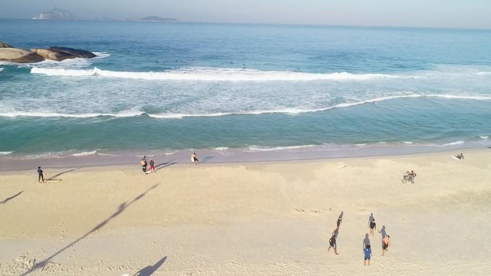 Arpoador: exercícios, roda de altinha e banho de sol na areai ainda não pode, segundo a prefeitura, mas muitos não respeitaram — Foto: Reprodução/TV Globo