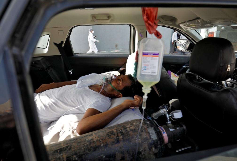 Paciente com problemas respiratórios aguarda dentro de carro por leito em hospital para Covid-19 em Ahmedabad, na Índia, em 22 de abril de 2021 — Foto: Amit Dave/Reuters