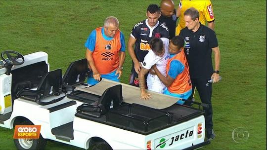 Maqueiro do jogo entre Santos e Vasco pega baixinho Soteldo no colo, e vídeo viraliza