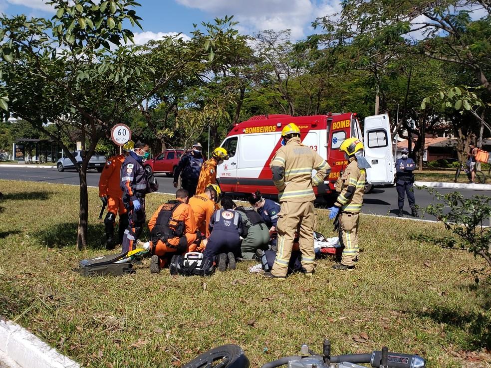 Equipes dos bombeiros e do Samu tentam reanimar homem, de 28 anos, que sofreu acidente de moto no DF — Foto: CBMDF/Divulgação