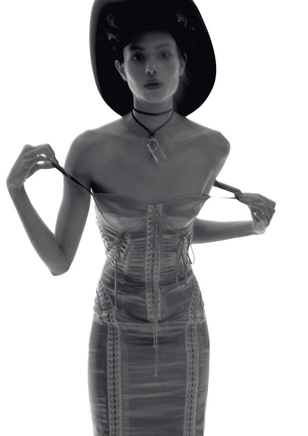 Vestido, R$ 19.500, Dolce & Gabbana. Colar, R$ 18.323, Julio Okubo. (Foto: Hick Duarte)