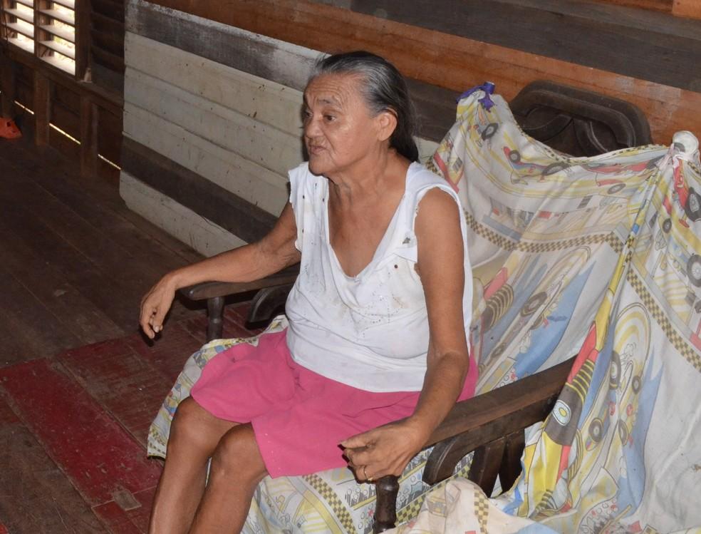 Rosilda Cardoso, de 66 anos, relata fedor vindo da fumaça (Foto: John Pacheco/G1)