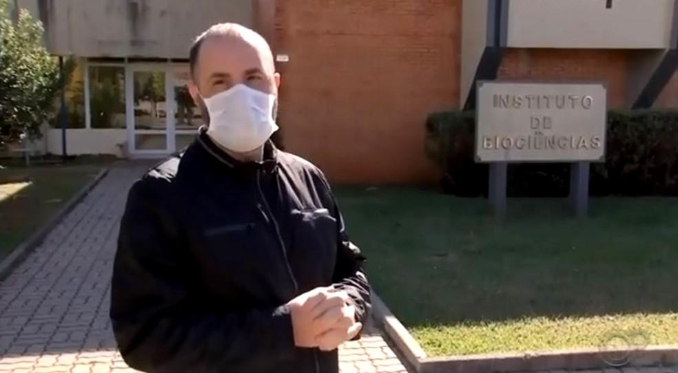 """O farmacêutico João Leandro Chaguri, da Unesp de Botucatu: """"Única mistura possível é com água""""  — Foto: TV TEM/Reprodução"""