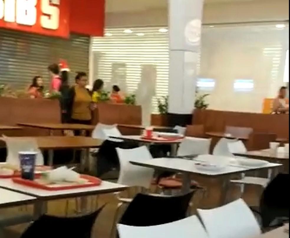 Lojas da praça de alimentação do Shopping Recife ficaram fechadas durante tumulto — Foto: Reprodução/WhatsApp