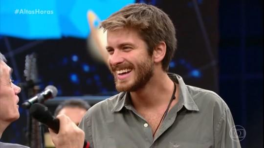 Português que viralizou ao cantar MPB no 'The Voice Portugal' se apresenta no 'Altas Horas'