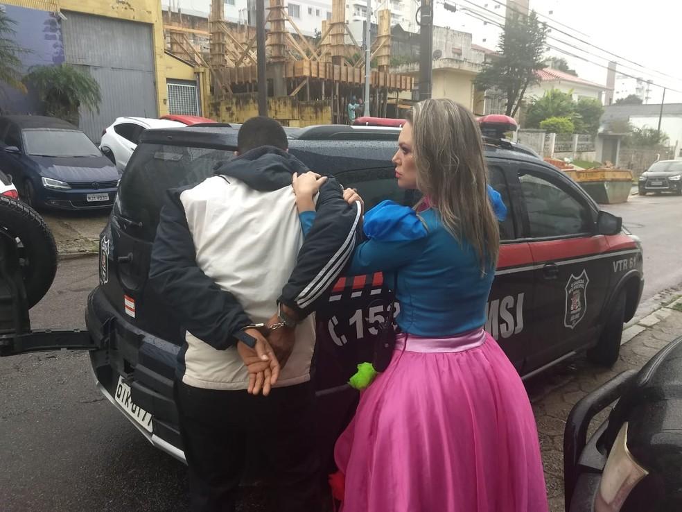 Guarda municipal Daiane Guedes, de 36 anos, deu voz de prisão quando estava fantasiada de princesa. â?? Foto: Guarda Municipal/São José-SC
