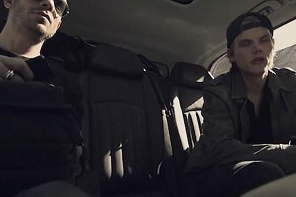 Avicii demonstra sinais de extremo cansado enquanto conversa com um colega de trabalho (Foto: Reprodução)