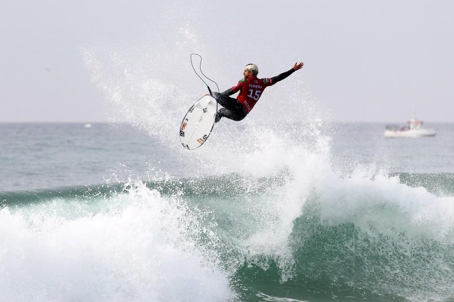 Ítalo Ferreira crava nota 10, é campeão em Peniche e assume liderança do Mundial de Surfe