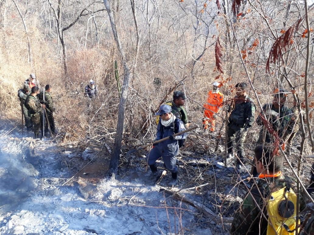 Militares fazem monitoramento da área atingida por incêndio na Serra do Mel, em Montes Claros - Notícias - Plantão Diário