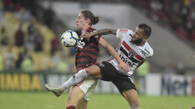 Filipe Luis e Daniel Alves em Flamengo x São Paulo