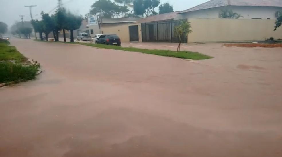 Avenida ficou alagada no centro de Guaraí (Foto: Reprodução)