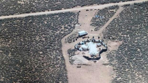Acampamento improvisado onde 11 crianças foram encontradas no Novo México (Foto: EPA via BBC)