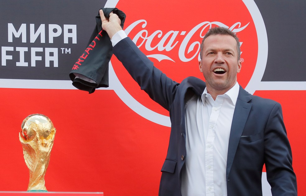 Lothar Matthäus exibe a taça aos torcedores (Foto: Maxim Shemetov / Reuters)