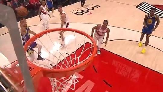 Queda de Curry na torcida após cesta com largadinha está no top 5: assista