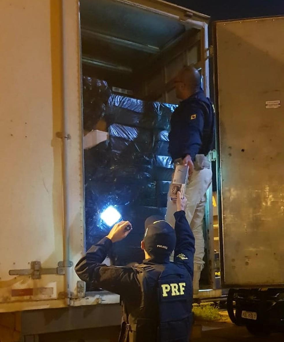 Polícia Rodoviária Federal apreende caminhão com 350 mil carteiras de cigarro contrabandeadas do Paraguai na BR-040 — Foto: PRF/Divulgação