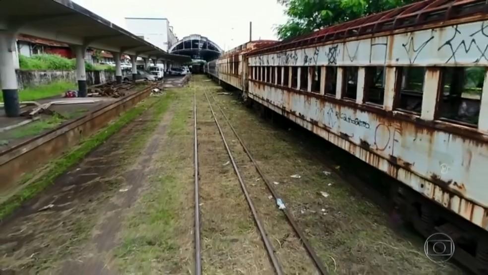 Trens que poderiam ajudar no transporte de carga estão abandonados na região de Bauru (Foto: TV TEM/Reprodução)