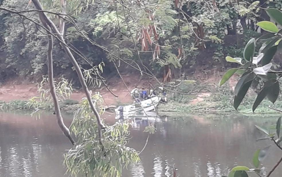 Pessoas flagrada em pesca irregular receberam advertência — Foto: Divulgação/ Polícia Militar