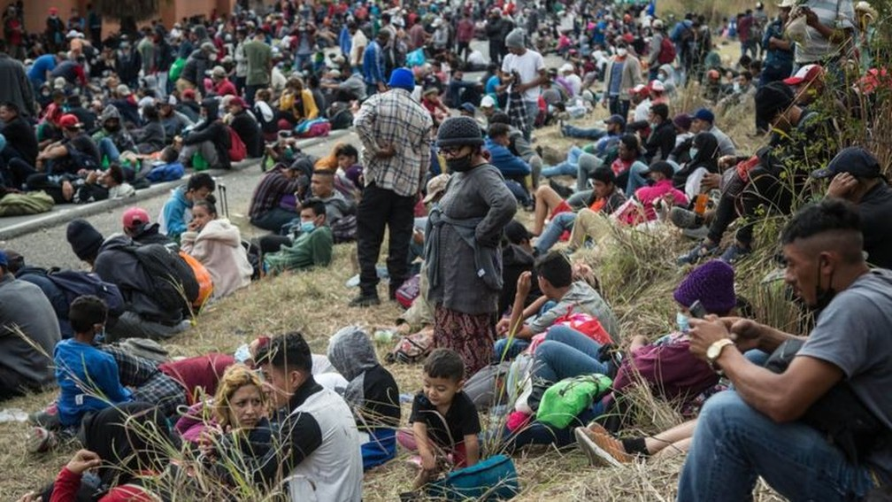 Os migrantes dizem que foram forçados a fugir da pobreza, violência e devastação das poderosas tempestades que atingiram a América Central em 2020 — Foto: EPA/BBC