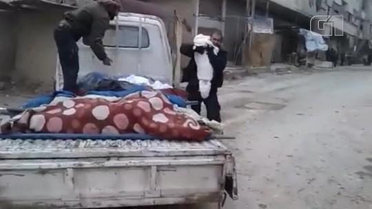 Pai se despede de filho morto e mostra drama em região cercada na Síria