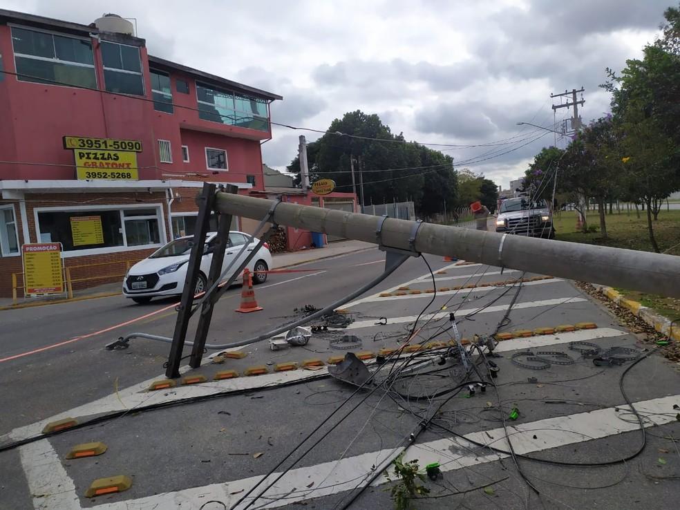 Carro derruba poste em acidente em Jacareí, SP — Foto: Divulgação/EDP