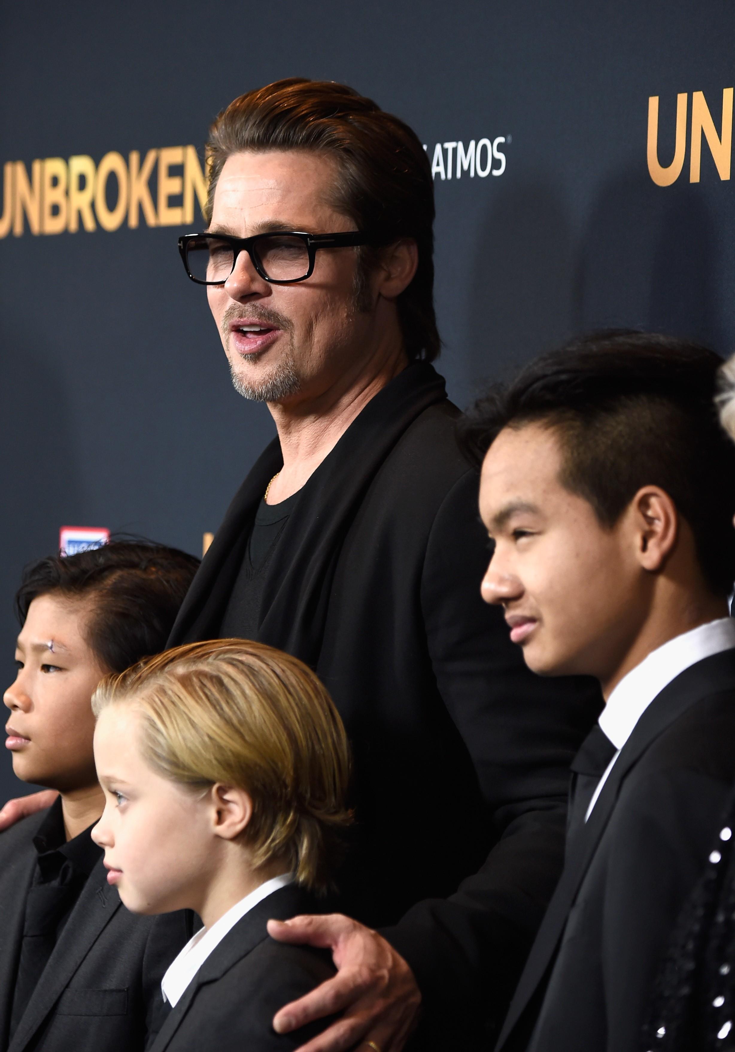 O ator Brad Pitt com três de seus seis filhos (Foto: Getty Images)
