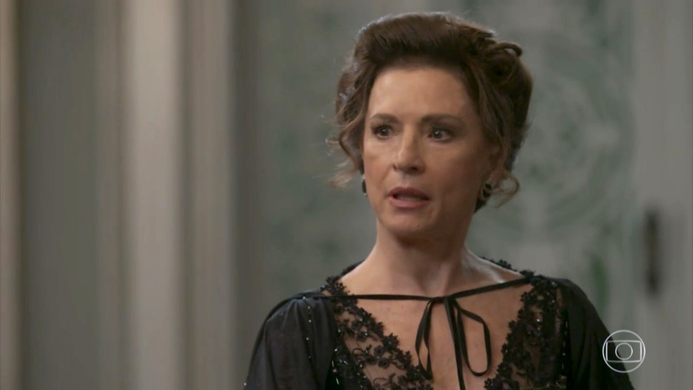 Lady Margareth nega as acusações e começa a discutir com Elisabeta (Foto: TV Globo)