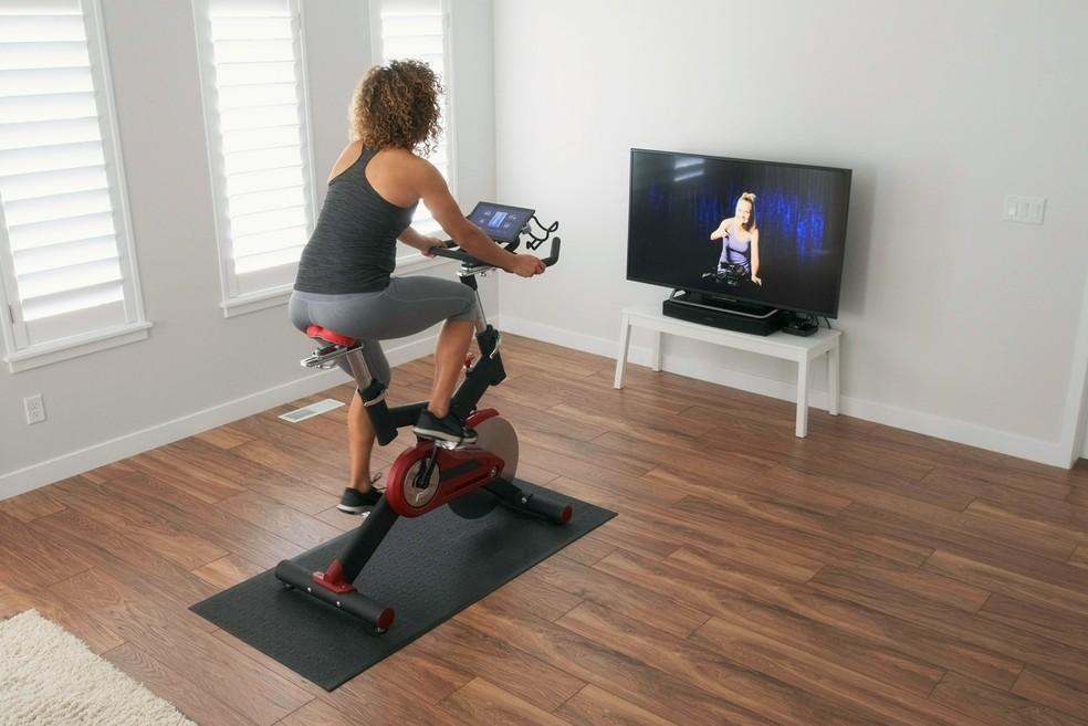Bicicleta de spinning permite reproduzir treinos para atletas amadoras e profissionais e realizar alto gasto calórico — Foto: Istock Getty Images