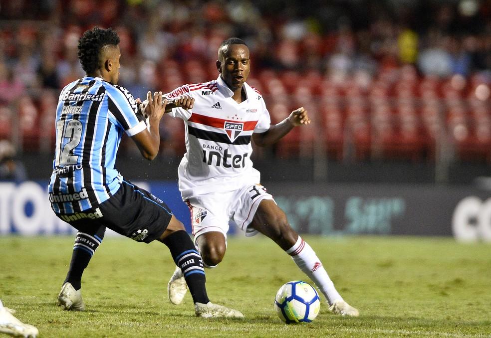 Helinho em ação pelo São Paulo contra o Grêmio — Foto: Marcos Ribolli