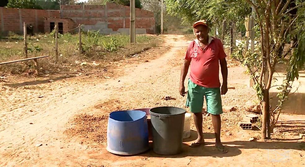 Moradores deixam os reservatórios nas portas de casa a espera do caminhão-pipa — Foto: Reprodução/TV Mirante