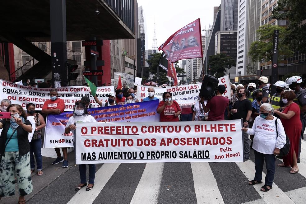 Grupo faz protesto na Av. Paulista contra a exclusão de gratuidade de ônibus a idosos de 60 a 64 anos em SP — Foto: Niyi Fote/THENEWS2/AE Conteúdo