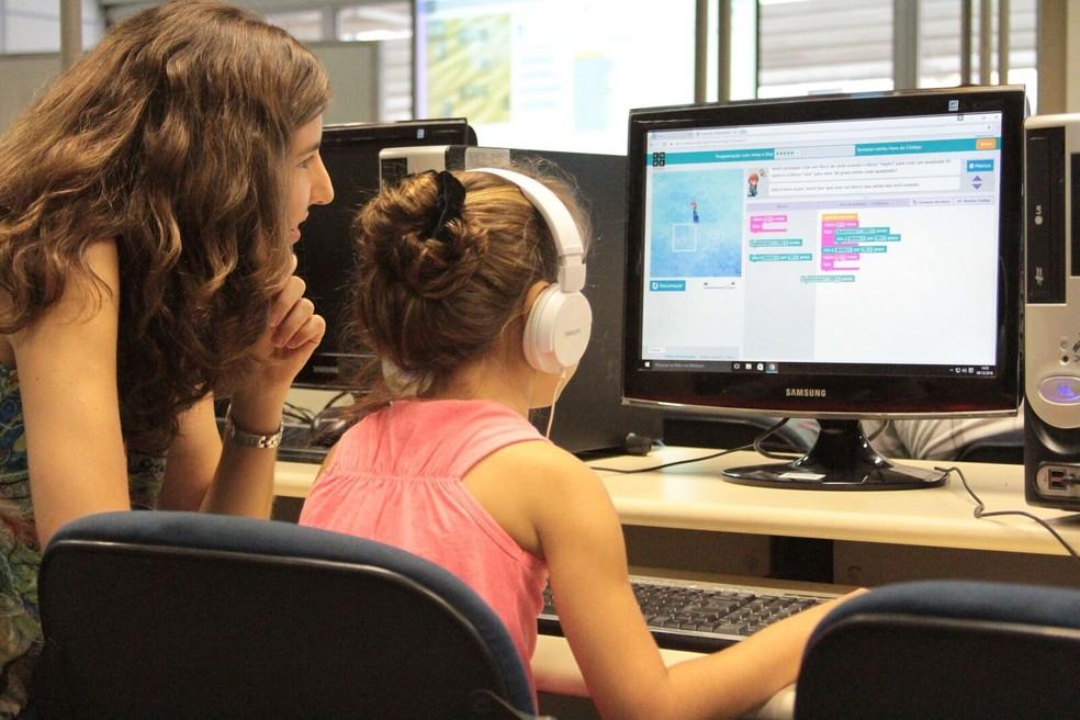 Meninas aprendem programação em curso da USP de São Carlos: segundo o Fundo Malala, aptidões como essa serão necessárias no mercado de trabalho do futuro, mas 955 milhões de meninas e mulheres jovens ainda não têm acesso a elas — Foto: ICMC-USP/Divulgação