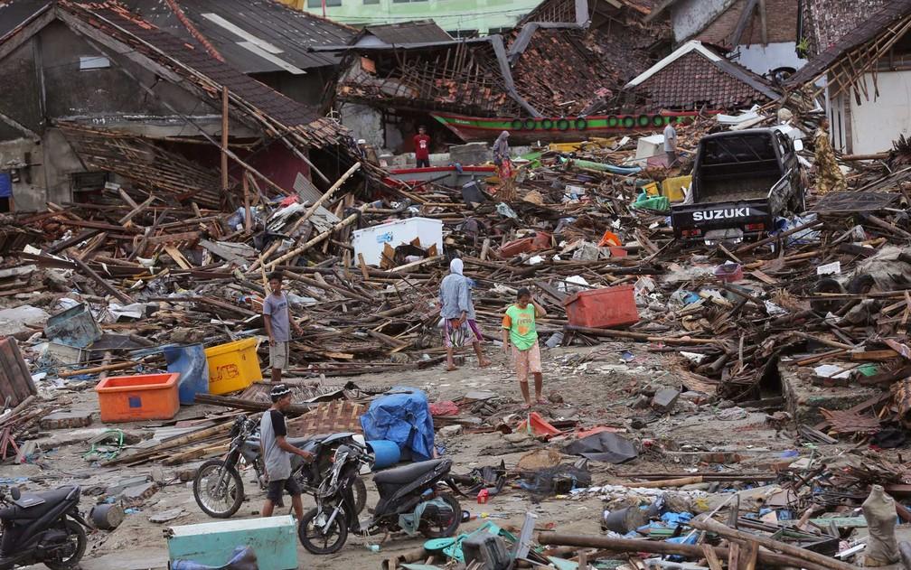 Localidade de Sumur, na Indonésia, foi devastada por ondas gigantes — Foto: Tatan Syuflana / AP Photo