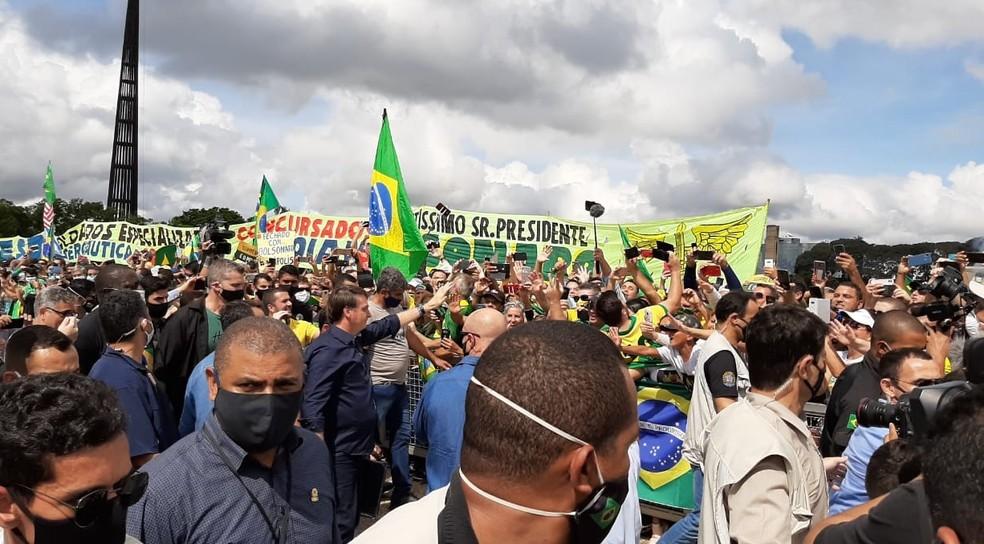 Presidente Jair Bolsonaro cumprimenta apoiadores em ato na Esplanada — Foto: Guilherme Mazui/G1