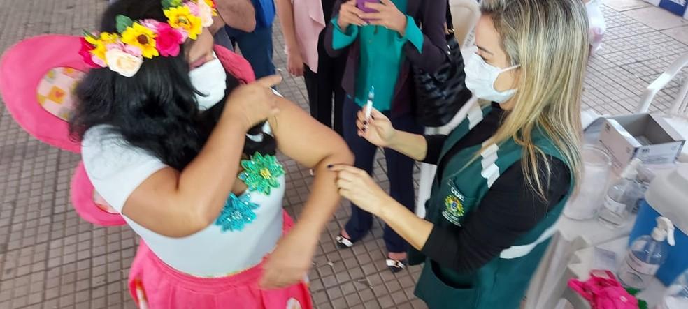 Regina Lúcia Silva, de 49 anos, foi vestida de borboleta como símbolo de deixar o casulo após a vacina — Foto: Murilo Lima/Rede Amazônica Acre