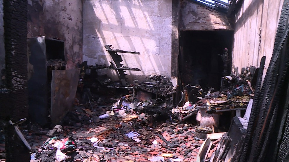 Casa ficou destruída no bairro do varadouro, depois de incêndio, em Olinda (Foto: Reprodução/TV Globo)