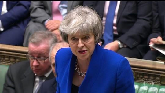 Theresa May sobrevive a voto de desconfiança do Parlamento