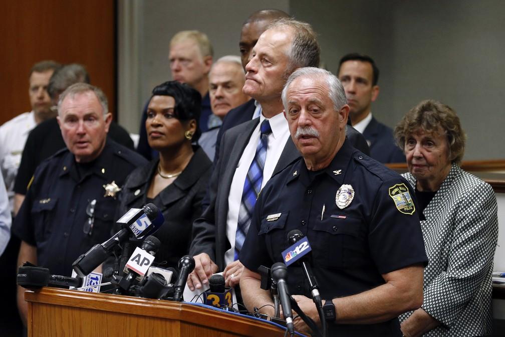 James Cervera, chefe de polícia de Virginia Beach, fala durante coletiva e identifica os nomes das vítimas do tiroteio em um prédio público da cidade — Foto: AP Photo/Patrick Semansky