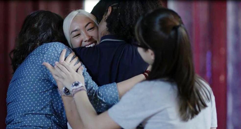 Tina (Ana Hikari) volta para o Brasil e surpreende as Five em 'Malhação - Viva a Diferença' — Foto: Globo