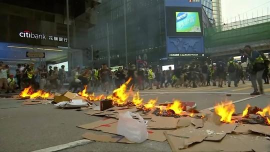 Policiais e manifestantes entram em confronto em Hong Kong