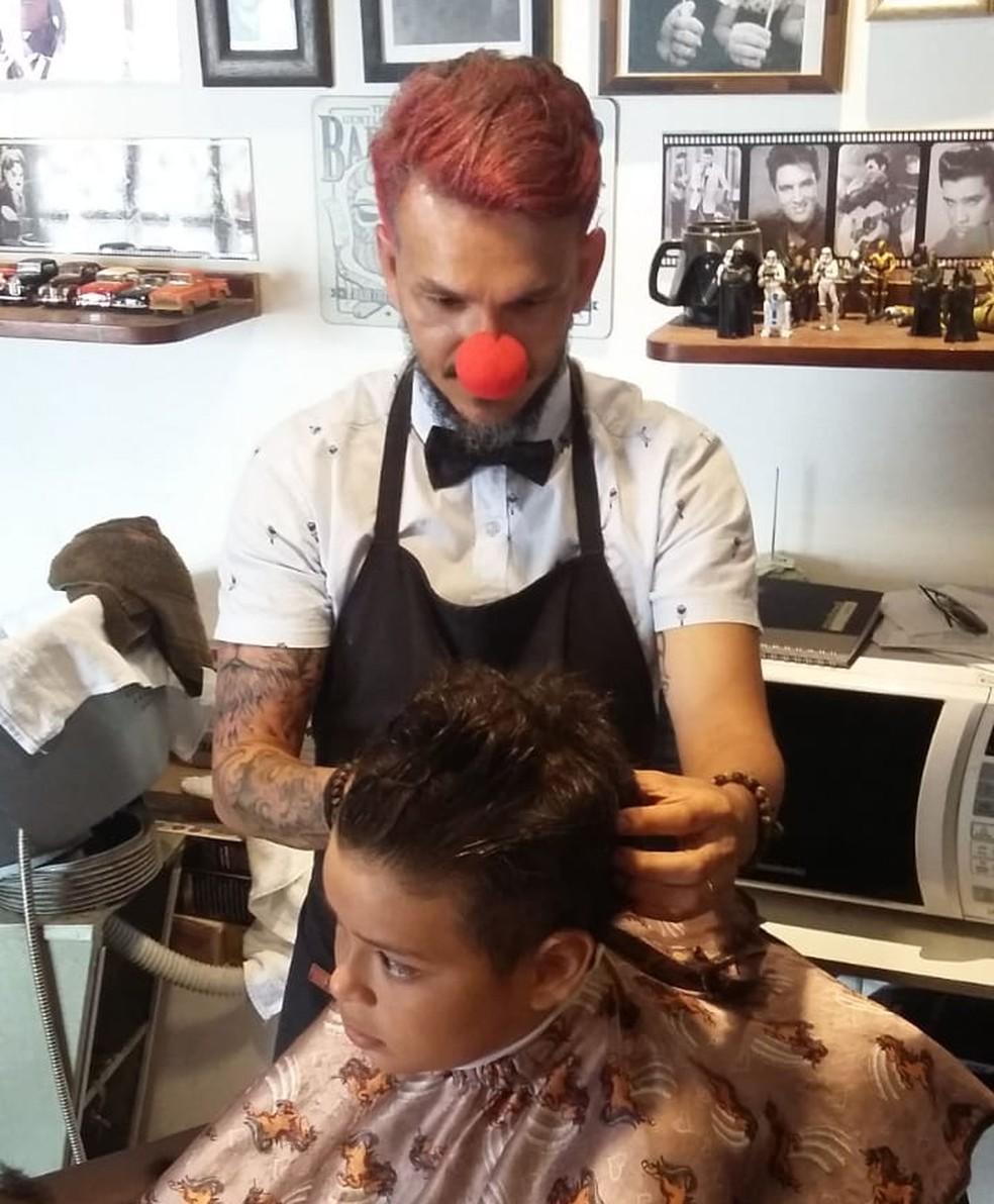 Barbeiro oferece corte gratuito de cabelos para meninos em Rio Branco no Dia das Crianças — Foto: Arquivo pessoal