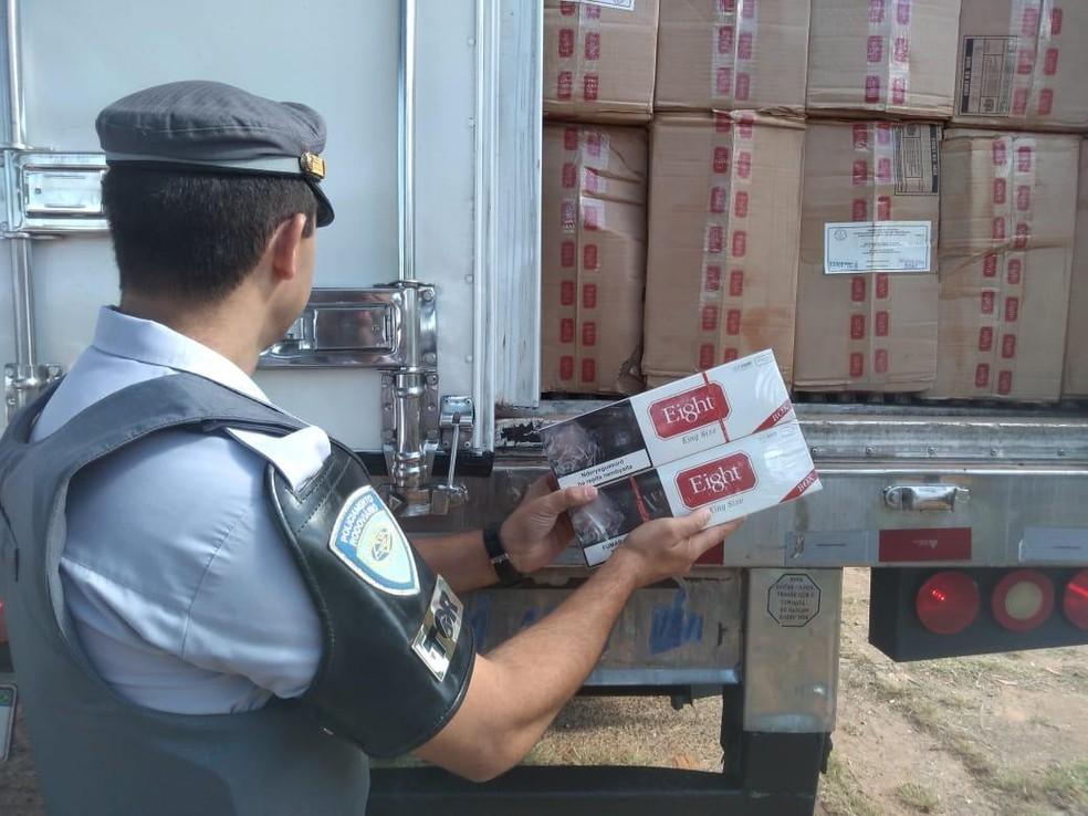 Polícia Rodoviária apreendeu maços de cigarros vindos do Paraguai em carreta na rodovia Presidente Castelo Branco  — Foto: Polícia Rodoviária/Divulgação