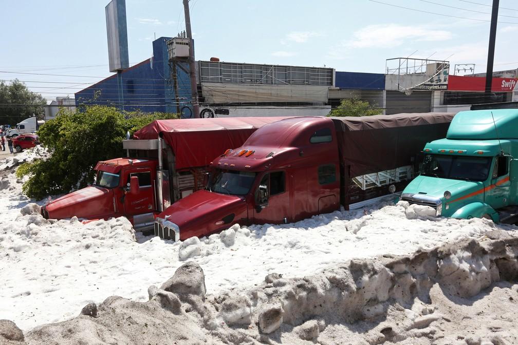 Cidade de Guadalajara, no México, foi atingida por uma tempestade de granizo, em pleno verão, neste domingo (30). — Foto: Fernando Carranza/Reuters