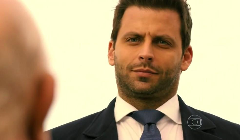 Cassiano (Henri Castelli) se revela a Dionísio (Sérgio Mamberti) e avisa que ele vai ser preso - 'Flor do Caribe' — Foto: Globo