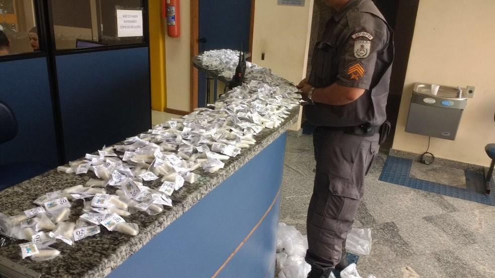Material apreendido com a suspeita foi levado para a delegacia de Rio Bonito (Foto: Polícia Militar/Divulgação)