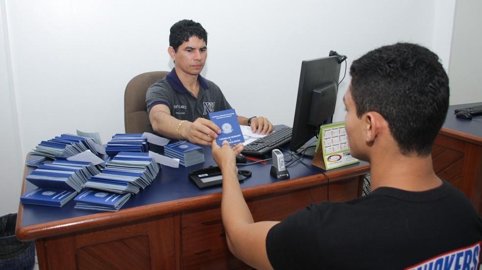 Serviço de emissão de carteira de trabalho no Espaço do Empreendedor em Óbidos, no oeste do Pará (Foto: Ascom PMO/Divulgação)