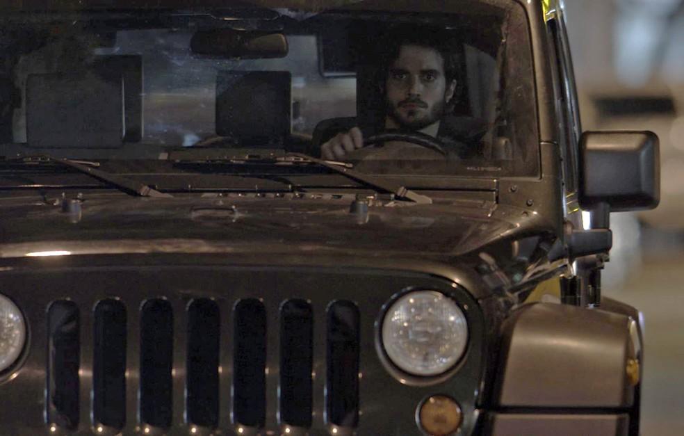 O empresário acelera o carro e joga o veículo em cima da arquiteta! (Foto: TV Globo)