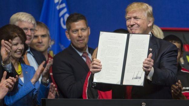 'Comprar (produtos) e contratar americanos': ordem de Trump foi uma das primeiras medidas administrativas para endurecer as regras migratórias (Foto: Getty Images via BBC News Brasil)
