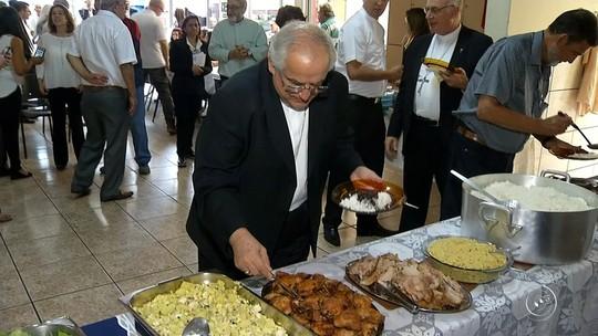 Representante do Papa Francisco almoça com moradores de rua em Jundiaí