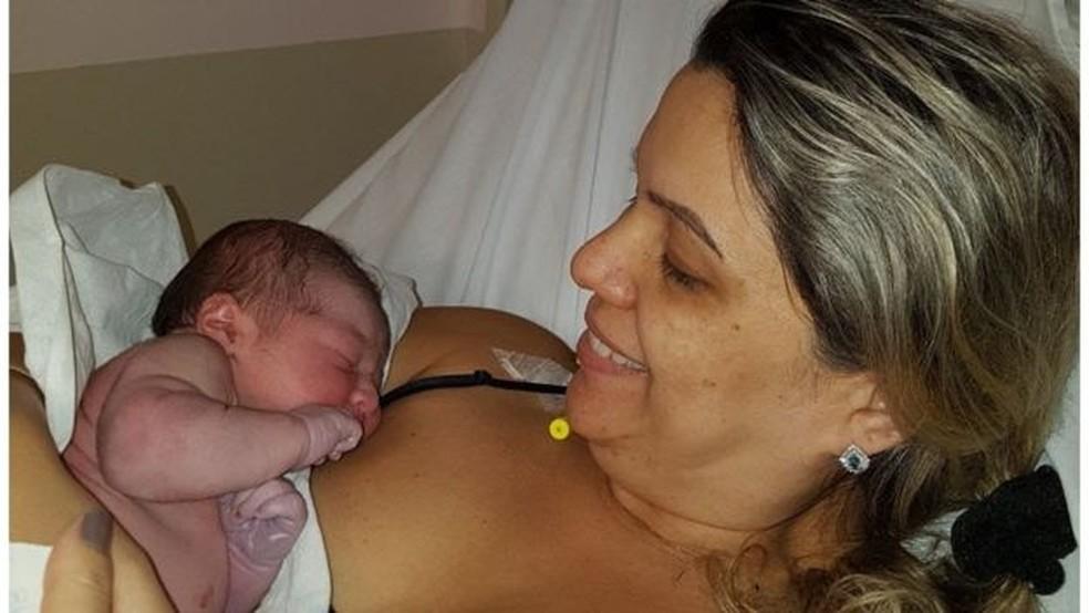 Liz e a filha, Marina, na maternidade: Brasileira lutou por parto humanizado, que não conseguiu na gravidez do primeiro filho  (Foto: Arquivo Pessoal)